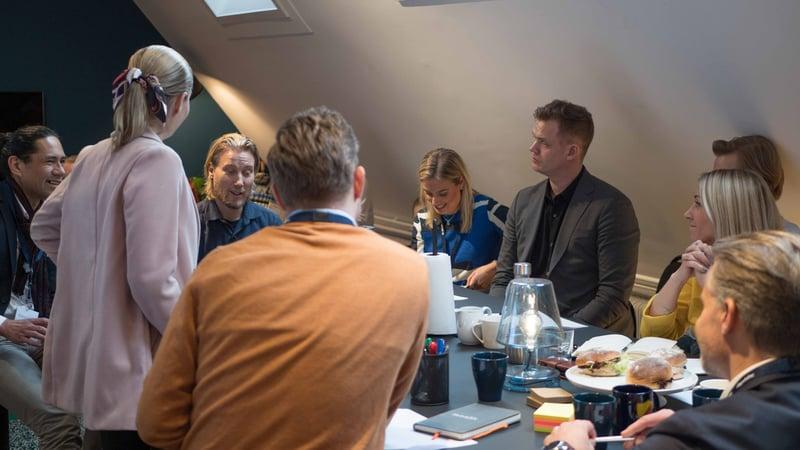 Marknadscheferna samlade runt bordet