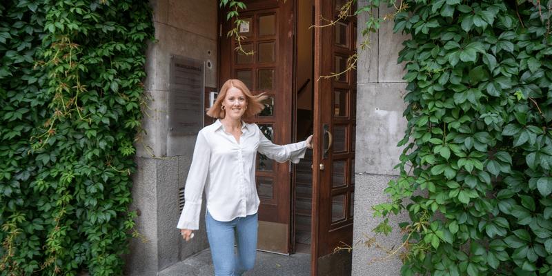 Saskia outside office